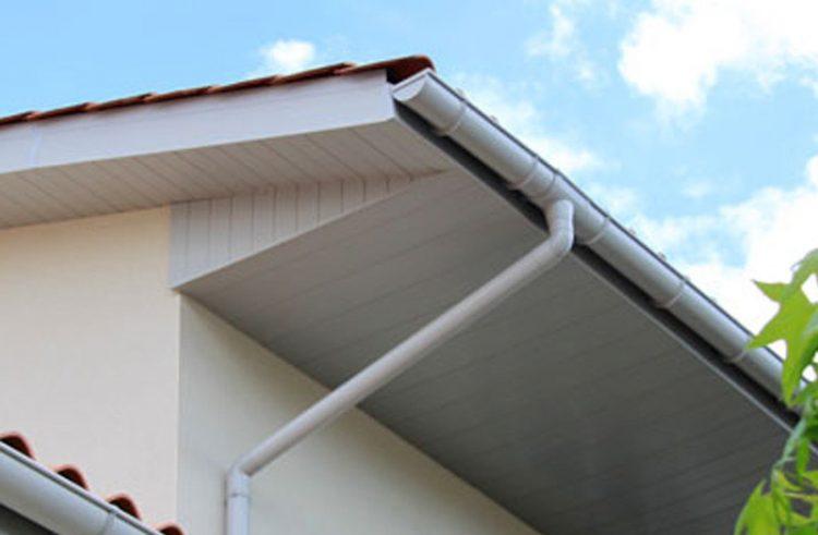 Comment poser du lambris PVC sous toiture?